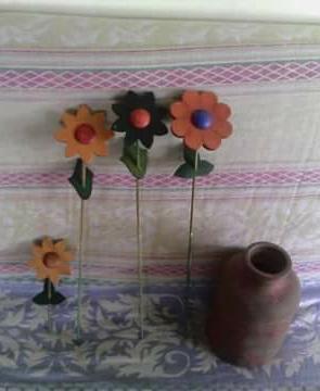 Jarron de barro con flores de madera